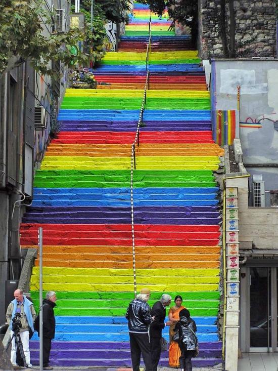 Ở Instanbul, Thổ Nhĩ Kỳ cũng xuất hiện cầu thang mang màu sắc cầu vồng