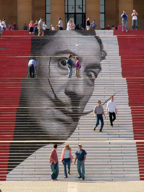 Bức hình của một nghệ sĩ được in dấu trên cầu thang dẫn vào Bảo tàng Nghệ thuật Philadelphia tại Mỹ