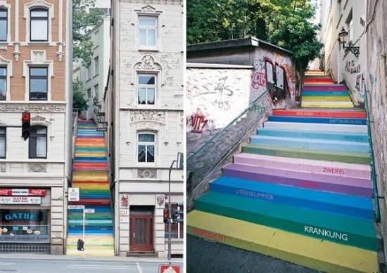 Cầu thang đa sắc màu nằm ở con ngõ nhỏ tại Wuppertal, vùng Germania gần Hy Lạp