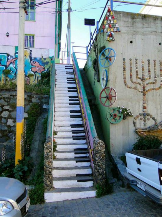 Cầu thang trở thành hình ảnh cây đàn piano tại Valparaiso, Chile