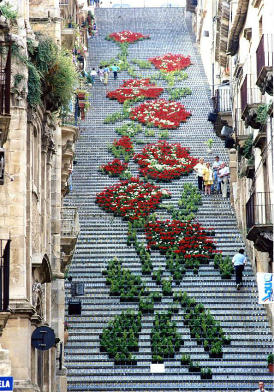 Cầu thang ở Sicily, Italy được bài trí bằng những chậu cây, chậu hoa và tạo hình thành khóm hoa lớn