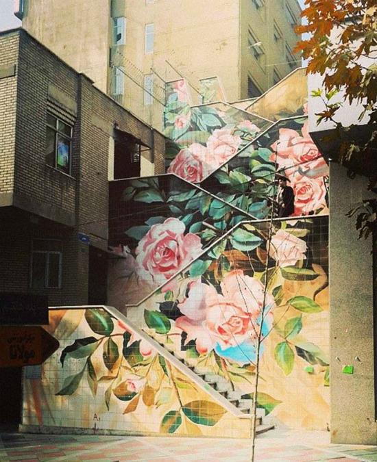 Cầu thang được tô điểm bằng hoa hồng lãng mạn ở Tehran, Iran