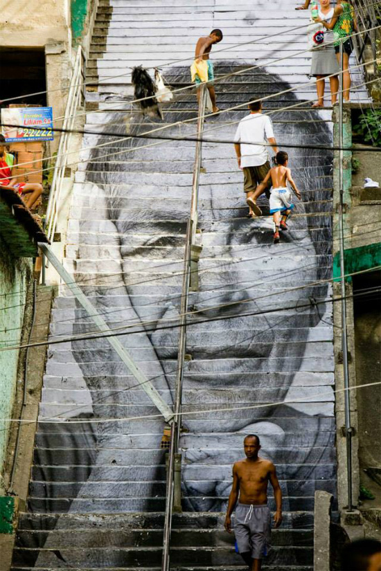 Chân dung một người phụ nữ nằm trên những bậc thang ở một khu nhà dân tại Rio de Janeiro, Brazil