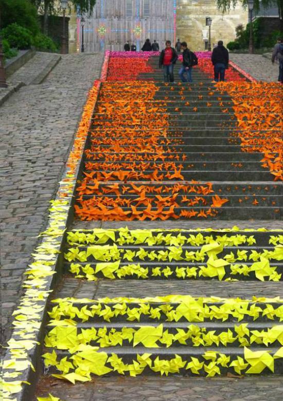 Những bậc cầu thang được trang trí bằng chong chóng giấy rực rỡ tại Angers, Pháp
