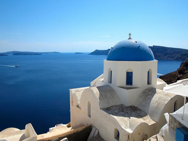 Thuộc cụm đảo Cyclades nằm trên biển Aegean nằm cách Hy Lạp 200km về phía đông nam, Santorini là địa danh ưa thích của nhiều du khách khi đến xứ sở thần thoại