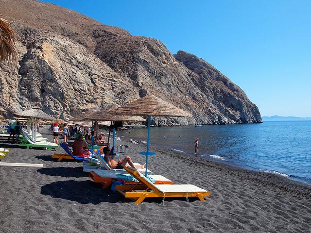 Ngoài việc ghé thăm ngôi làng Oia cổ kính, du khách còn có cơ hội đắm mình trong làn nước mát của bãi biển Perissa. Du khách có thể cảm nhận được hơi ấm của dung nhan khi vùi bàn chân trong những hạt cát li ti có màu đen óng