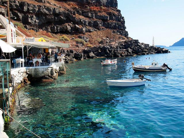 Thưởng thức bữa trưa bên bờ biển thơ mộng cũng là một hoạt động không thể thiếu trong lịch trình viếng thăm Santorini