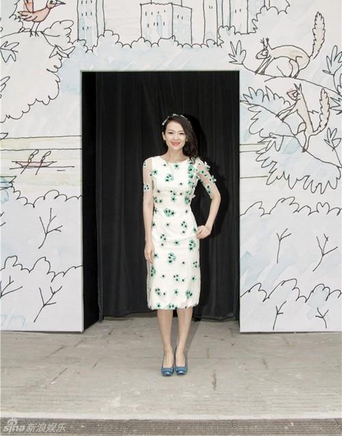 Mỹ nhân Hoa ngữ nổi bật và duyên dáng trong bộ trang phục điểm hoa xanh nhẹ nhàng khi góp mặt trong một hoạt động giới thiệu thời trang trẻ em diễn ra ngày 21/1.