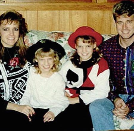 Hai chị em Jessica và Ashlee Simpson luôn gần gũi với cha mẹ ruột giờ hiện tại, họ đều đã có gia đình riêng để chăm lo và vun đắp. Cha mẹ hai cô gái tóc vàng ly dị vào năm 2012 nhưng đã luôn cố gắng mang lại tuổi thơ hạnh phúc và ngọt ngào cho hai chị em nhà Simpson.
