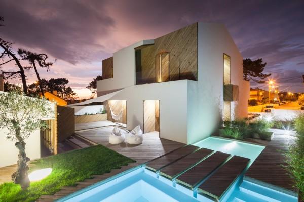 Ngôi nhà mang tên Silver Wood House ở Bồ Đào Nha này trong giống y như một nhà bên bãi biển bới thiết kế bể bơi và sàn gỗ bao quanh.