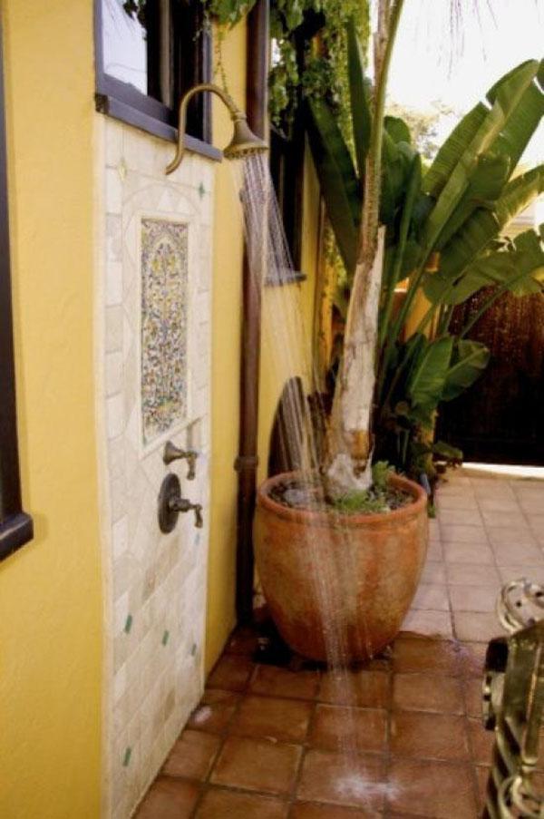 Một góc tường nhỏ cũng có thể tạo nên một không gian tắm ngoài trời. Thiết kế ốp đá vừa làm đẹp vừa giúp cho bức tường không bị ẩm.