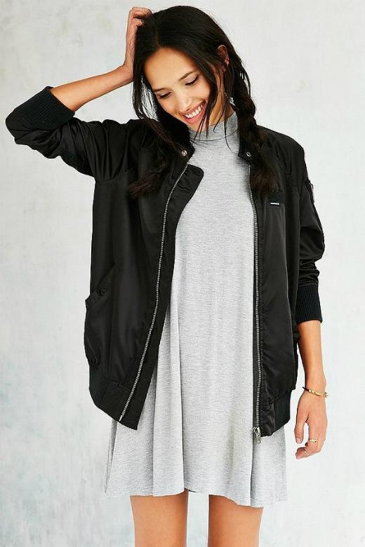 Vào mùa Thu - Đông, những chiếc áo khoác phao nhẹ có khả năng giữ nhiệt rất tốt. Nhưng bạn không hứng thú với kiểu áo phao này, có thể thử loại mang chất liệu tương tự như Bomber jacket.