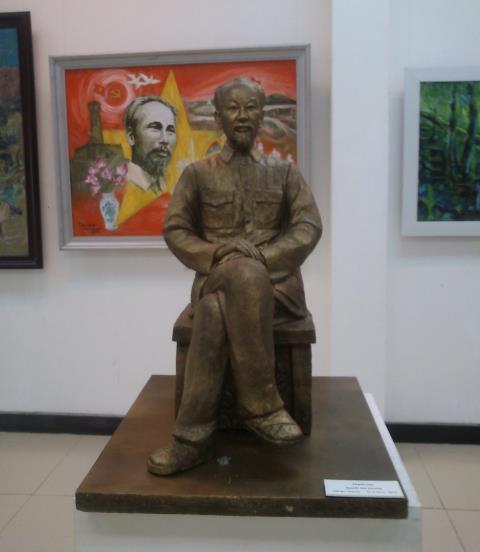 Thanh cao, chất liệu tổng hợp của Nguyễn Văn Chung.