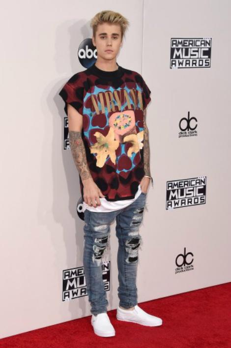 Còn Justin Bieber có mặt trên thảm đỏ Lễ trao giải với trang phục trẻ trung, bụi bặm.