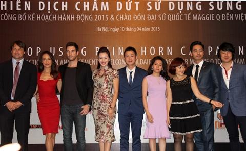Nữ diễn viên cùng hôn phu chụp ảnh lưu niệm với các đại sứ Việt Nam