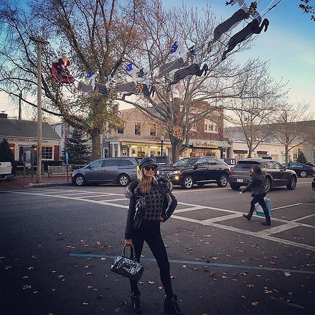 Còn cô nàng Paris Hilton lại tiếp tục dành thời gian đi mua sắm nhân dịp Lễ Tạ ơn.