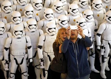 100 chiến binh Stormtrooper xuất hiện ở một rạp chiếu tại thành phố Glendale, bang California, Mỹ.