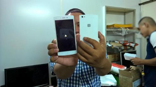 Mặt trước và mặt sau phiên bản thử nghiệm của chiếc BPhone (Nguồn: Internet)