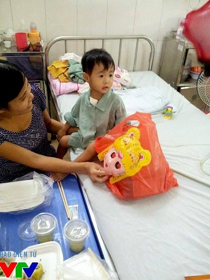 Phát quà cho các em nhỏ nhân dịp Trung thu tại Bệnh viện Tim Hà Nội