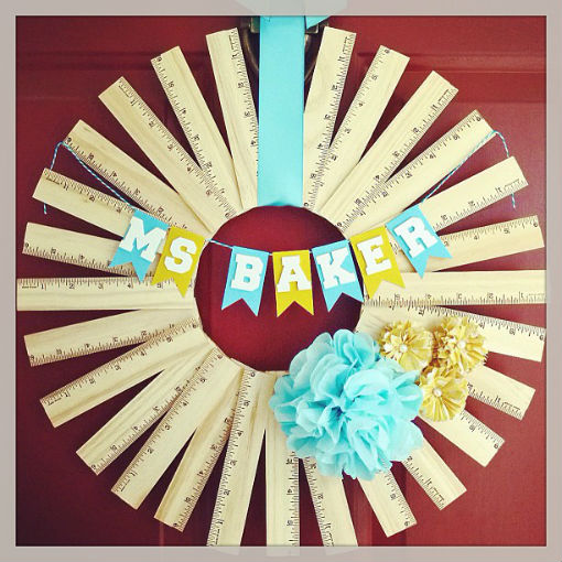 Vòng hoa treo tường hoặc treo cửa được làm bằng những chiếc thước kẻ thân thuộc