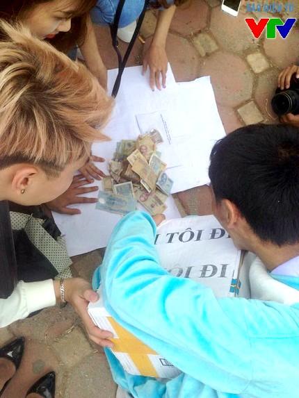Đến 14h chiều, khi chiến dịch vừa kết thúc, cả nhóm cùng đếm số tiền thu được tại chỗ để công khai tài chính. Kết quả, các tình nguyện viên đã thu được hơn 4,5 triệu đồng trong 4 giờ đồng hồ ôm người lạ dưới nắng.