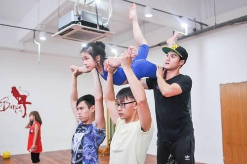 Lâm Vinh Hải hướng dẫn thí sinh luyện tập cho đêm Chung kết.