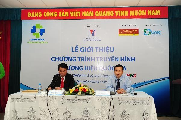 Ông Vũ Văn Thanh (trái) - Phó Tổng giám đốc Công ty cổ phẩn Tập đoàn Hoa Sen giải đáp câu hỏi từ phía các cơ quan thông tấn, báo chí.