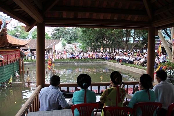 Đông đảo công chúng đến tham dự lễ khai trương thủy đình mới