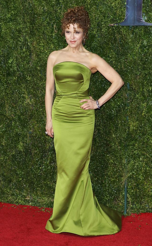 Bernadette Peters diện váy xanh lá khoe vòng eo.