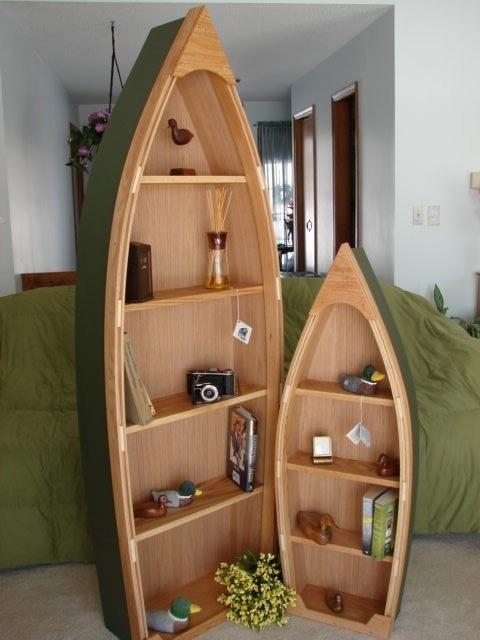 Chiếc thuyền gỗ cũng được tận dụng và tái chế lại thành giá sách