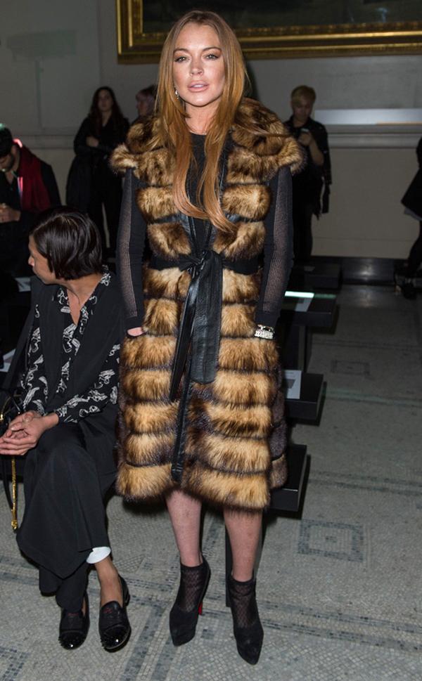 Lindsay Lohan già dặn trong trang phục áo lông thú dáng dài.