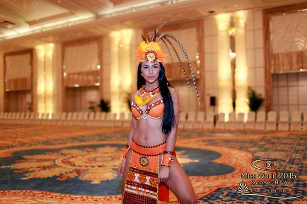 Đại diện từ Cộng hòa Dominican cũng mang tới Dances of the World một trang phục gợi cảm