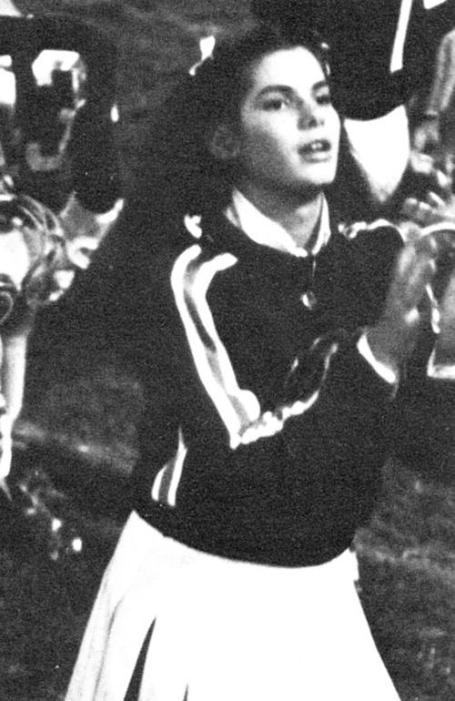 Sandra Bullock dễ thương với kiểu tóc buộc xước 2 bên, cùng trang phục cổ vũ.
