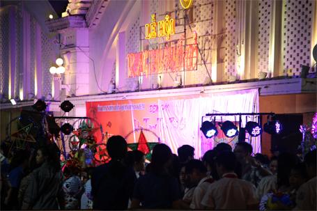 Sân khấu văn nghệ trung thu tại khu vực chợ Đồng Xuân