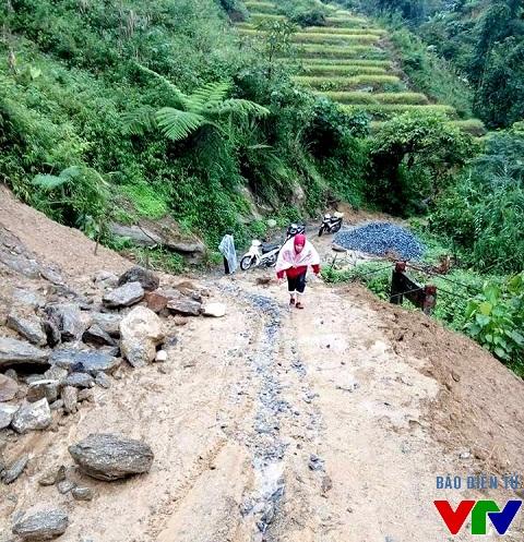 Đường núi ngày mưa thường trơn láng, gây khó khăn cho các phương tiện khi di chuyển