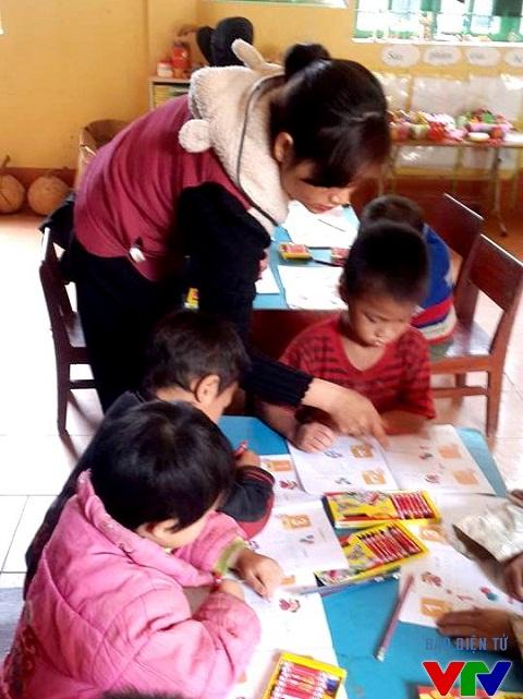 Cô giáo Ngọc trong tiết dạy học sinh tập tô