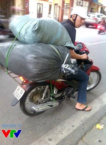 Nguyễn Đức Huy thường đem quần áo xin được của các cửa hàng bán với giá rẻ rồi lấy tiền duy trì hoạt động nhóm