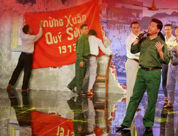 Quang cảnh Hà Nội mùa xuân năm 1973 được tái hiện sinh động trên sân khấu.