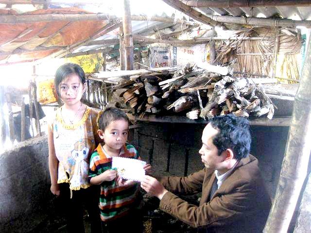 Thầy Lê Quốc Châu trao quà cho 2 em nhỏ mồ côi tại Cẩm Xuyên, Hà Tĩnh (Ảnh nhân vật cung cấp)