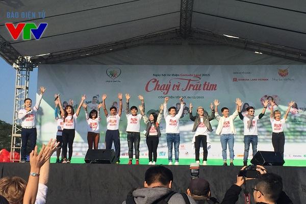 Trước khi tham gia chạy hưởng ứng ngày lễ từ thiện, các đại sứ của chương trình đã mở màn những động tác khởi động.