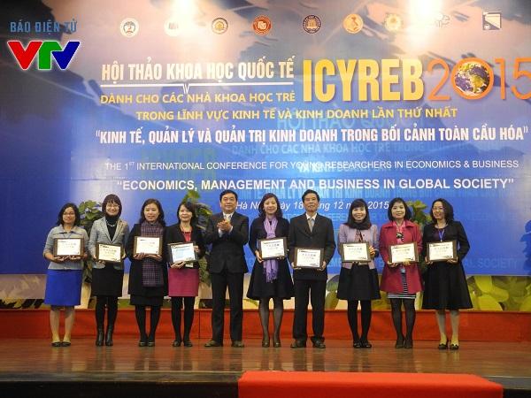 Các trường thành viên ICYREB nhận kỉ niệm chương từ BTC