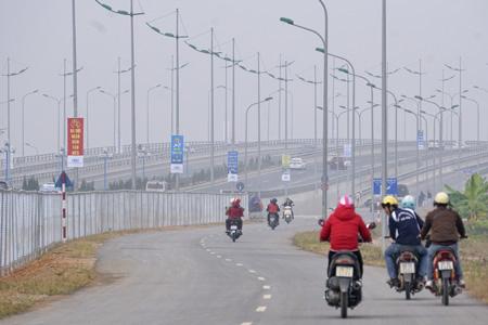 2 đường gom dành cho xe máy và xe thô sơ đạt tốc độ tối đa 40km/h.