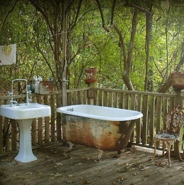 Thiết kếphòng tắm ngoài trời theo phong cách vintage cổ điển khiến bạn cảm thấy như mình đang lạc vào một khu vườn trong cổ tích.
