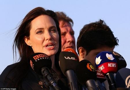 Angelina gần đây cũng thường đến thăm những khu vực bị chiến tranh tàn phá ở châu Phi để thực hiện những chiến dịch phản đối việc phụ nữ bị tấn công tình dục trong chiến tranh, xung đột.