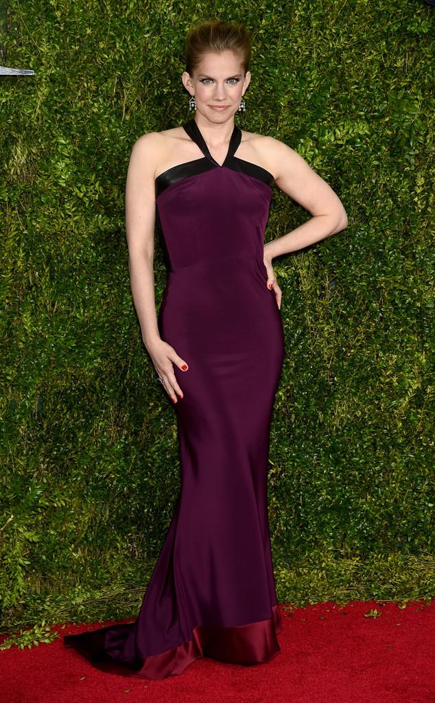 Anna Chlumsk thu hút với thiết kế đầm màu tím của Sophie Theallet.