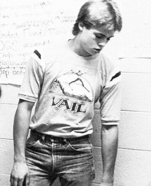 Brad Pitt ngố tàu với trang phục áo phông, quần jeans điển hình.