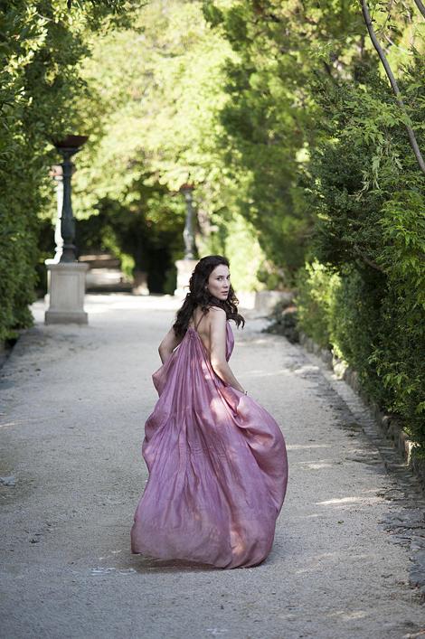 Nhân vật Shae với chiếc váy tím đơn giản nhưng vô cùng tinh tế.
