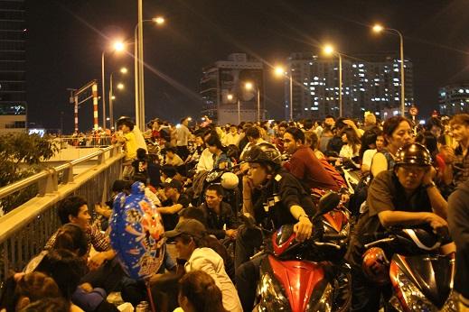 Đông đảo người dân TPHCM cùng xem màn pháo hoa chào năm mới Ất Mùi.