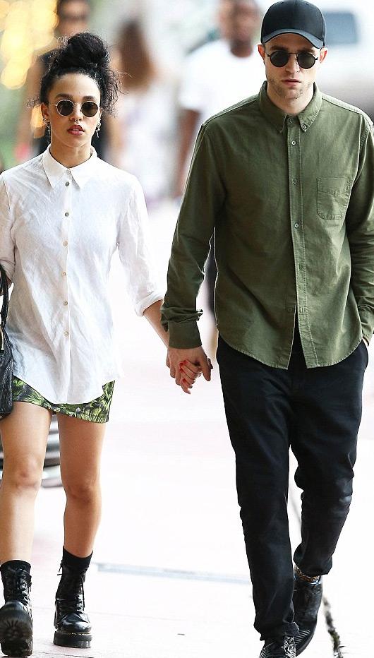 Robert Pattinson hiện đang hò hẹn với nữ ca sĩ người Anh -