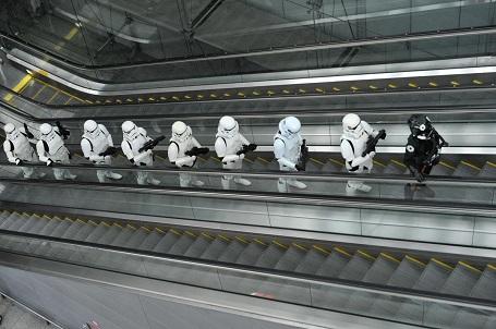 """Các chiến binh trong """"Star Wars"""" xuất hiện tại một sự kiện nhằm quảng bá phim tại sân bay quốc tế Changi của Singapore."""